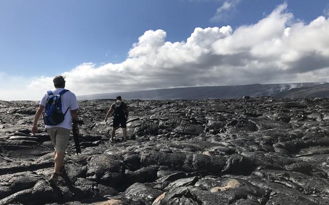 溶岩ハイキングツアー