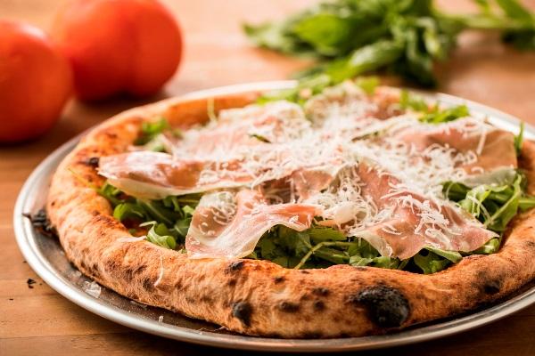 イタリアン生ハムとルッコラのピザ